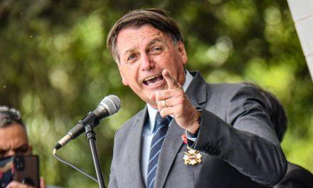"""Bolsonaro chama de """"voluntários"""" aqueles que quiserem se vacinar no Brasil"""