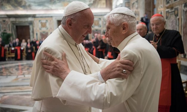Papa Francisco e papa emérito Bento XVI foram vacinados contra a Covid-19