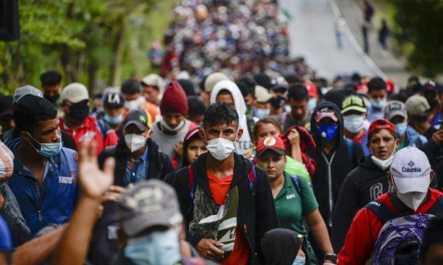 Caravana com milhares de migrantes hondurenhos viajam a pé com destino aos EUA