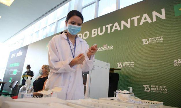 'Sentimento de esperança para que a pandemia acabe logo', diz enfermeira que aplicou primeiras doses