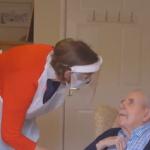 Médica reencontra pai após 10 meses para lhe vacinar contra a covid-19