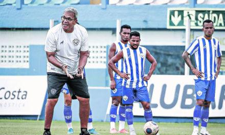 Com jogador suspenso, Helio dos Anjos busca alternativa para montar time titular para enfrentar o Bragantino