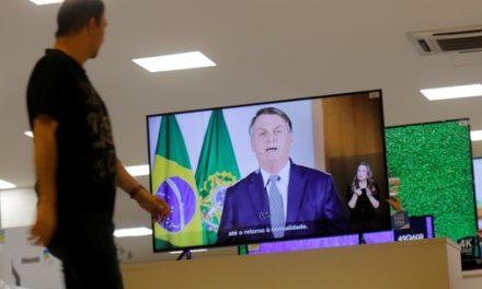 Bolsonaro diz na TV que não há razão para pânico ainda que problema se agrave