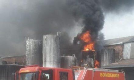 Fábrica de tintas pega fogo em Benevides