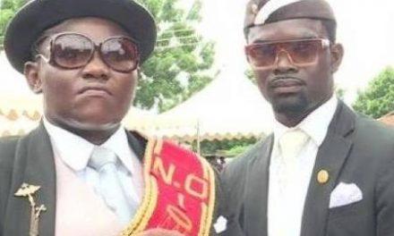 Carregadores de caixão que viraram meme podem custar R$ 800 em Gana
