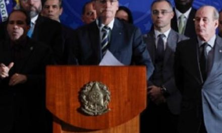 Pela 1ª vez desde 2017, Bolsonaro perde seguidores nas redes sociais