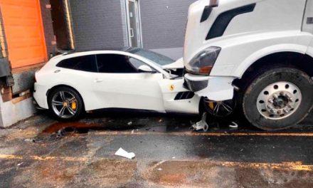 Caminhoneiro zangado passa por cima de Ferrari do patrão
