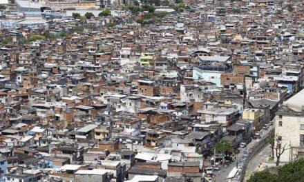 Na favela, escola vira centro para morador se isolar