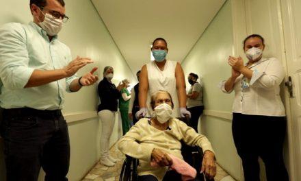 Curada da Covid-19, idosa de 90 anos é aplaudida ao deixar hospital do interior de SP