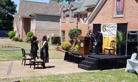 Pai surpreende filha com cerimônia de formatura diante de casa nos EUA