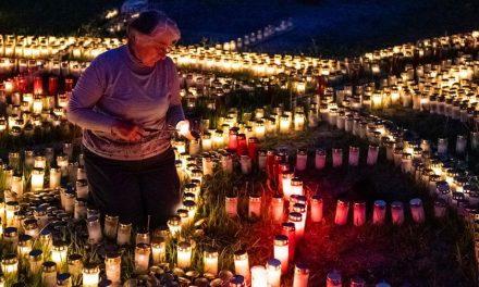 Alemã de 60 anos acende velas por vítimas de coronavírus desde março