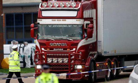 Investigação de migrantes mortos em caminhão na Inglaterra tem 13 detidos
