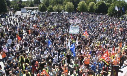 Milhares protestam na França contra demissões da Renault