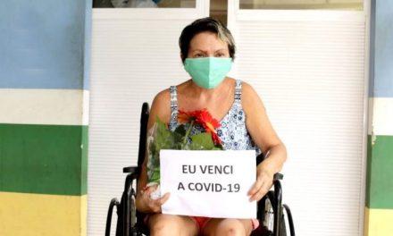 Paciente recuperada da Covid-19 recebe alta e é recepcionada com festa pelos familiares