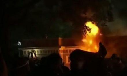 Com segurança reduzida, milhares protestaram em frente à Casa Branca no sábado