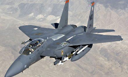 Caça militar americano F15 cai na costa britânica durante treinamento