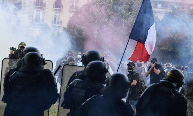 Protesto por profissionais da saúde termina em confronto na França