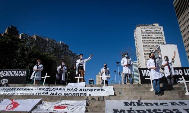 Profissionais de saúde fazem ato no Centro de SP em homenagem às vítimas da Covid-19