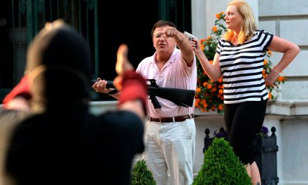 Casal aponta armas para manifestantes durante protesto nos EUA