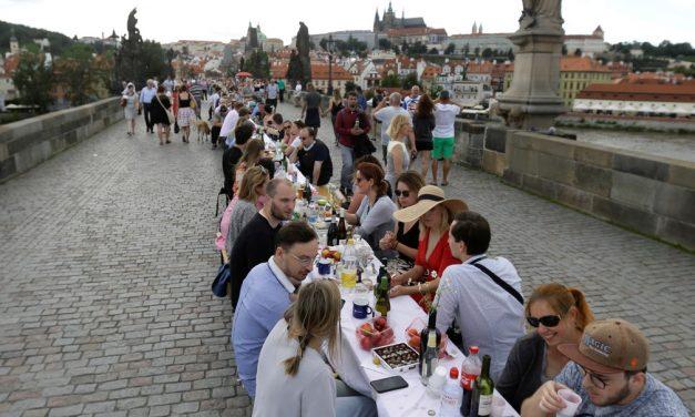 Moradores de Praga celebram o fim da quarentena na cidade com jantar em mesa gigante