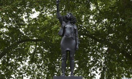 Estátua de manifestante negra é erguida no lugar da que lembrava escravista