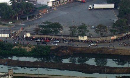 Centenas de pessoas se aglomeram em fila de emprego no Rio em plena pandemia