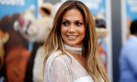 """Aos 51 anos, Jennifer Lopez faz selfie sem maquiagem e gera reações: """"Tão linda natural"""""""