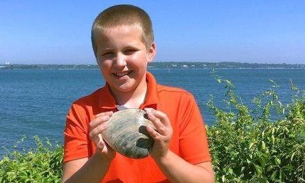 Menino encontra marisco de quase 1,5 kg em praia nos EUA