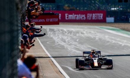 GP dos 70 anos da F1: Verstappen brilha na tática, vence e impõe 1ª derrota à Mercedes no ano
