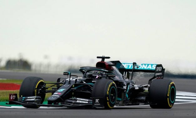 Hamilton destrói a concorrência e conquista a pole position em Barcelona