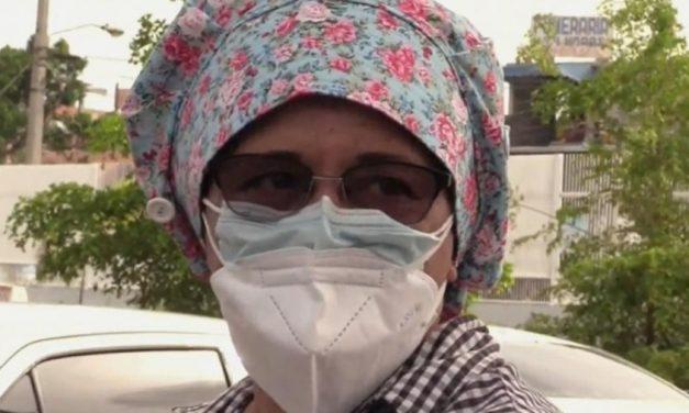 Mulher se disfarça de enfermeira para ver os pais internados com covid-19