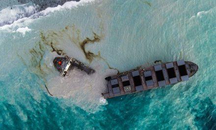 Navio encalhado nas Ilhas Maurício se parte em dois