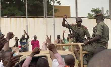 Militares fazem motim no Mali e prendem presidente, dizem agências