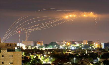 Israel bombardeia alvos do Hamas em Gaza após lançamento de foguete