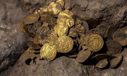 Jovem encontra 425 moedas de ouro com mais de 1.100 anos em Israel