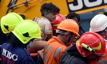 Criança é retirada com vida de destroços cerca de 20 horas após colapso de prédio na Índia