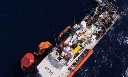 Navio de resgate de refugiados financiado pelo artista Banksy está à deriva no Mediterrâneo