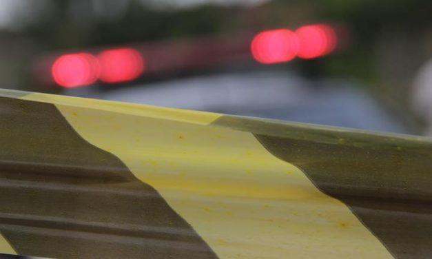 Filho encontra o pai morto com faca cravada no peito dentro de casa