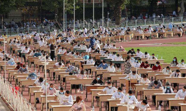 Mais de 1 milhão de estudantes fazem vestibular ao ar livre no Uzbequistão