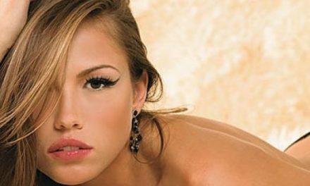 Irmã de Ellen Rocche, Iza Rocche faz topless e exibe bumbum avantajado em foto ousada