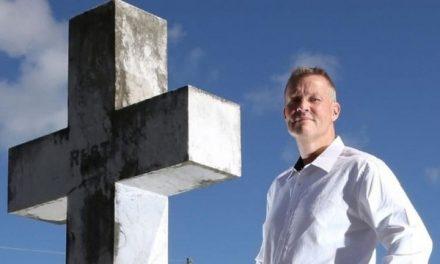 'Sou um confessor de caixão': o homem que é pago para revelar segredos dos mortos durante seus funerais