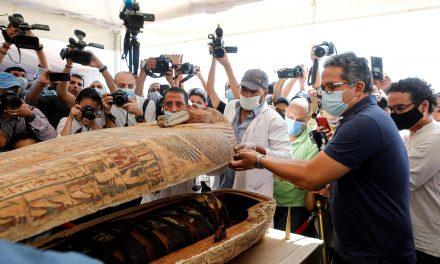 Egito abre sarcófago selado de 2,5 mil anos em cerimônia pública; assista