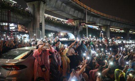 Ativistas pró-democracia voltam às ruas na Tailândia, apesar de proibição de passeatas