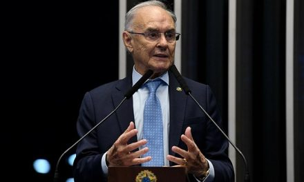 Senador Arolde de Oliveira morre no Rio, aos 83 anos