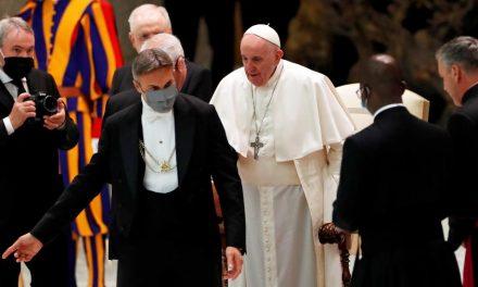 Macron conversa com o Papa após atentado em Nice