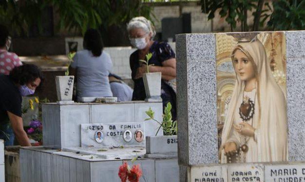 Famílias antecipam ida aos cemitérios para evitar aglomerações