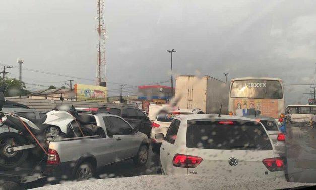 Chuva forte provoca alagamentos e complica o trânsito em Marituba, no PA