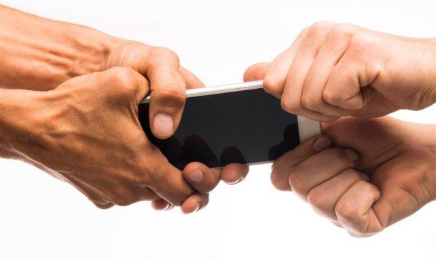 Ladrão rouba celular e liga pedindo socorro após ser atropelado por vítima