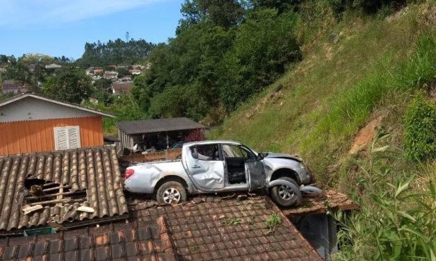 Motorista erra marcha e vai parar em cima do telhado de casa em SC