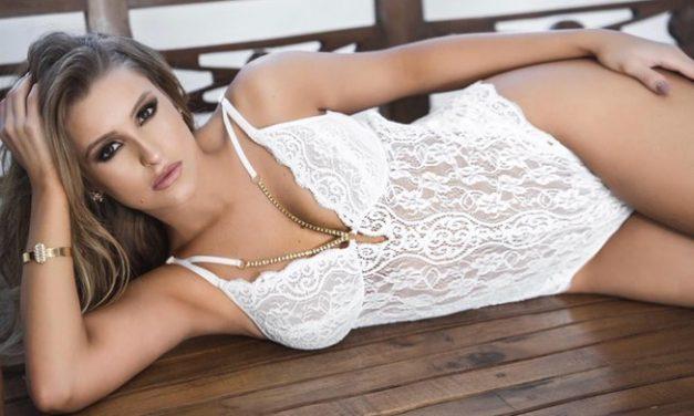 """De lingerie, Carla Diaz exibe curvas poderosas e fã enaltece: """"30 com carinha de 18"""""""
